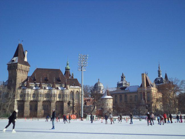 Parque de la ciudad en Budapest en invierno